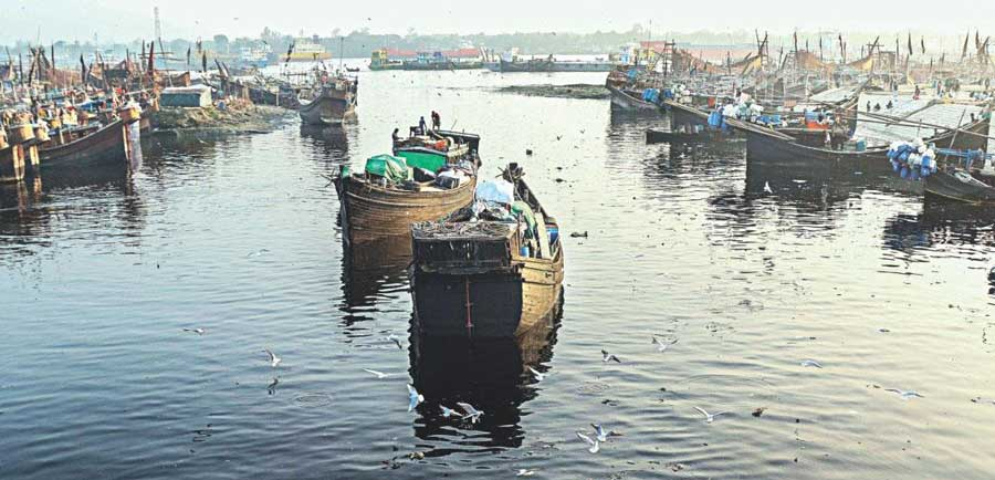 দূষণ ও দখল হুমকির মুখে কর্ণফুলী নদী